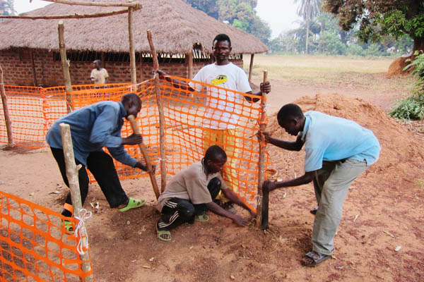 Installing fencing at a vaccination site, Faradje