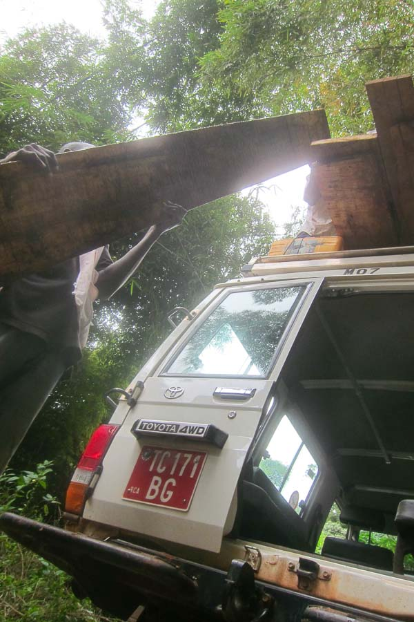 Loading the planks back onto the roof of the MSF Land Cruiser